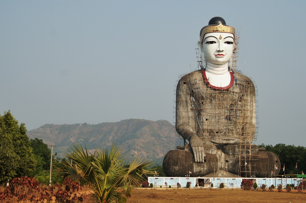 Another huge sitting Buddha not so far away. This one is still under construction.